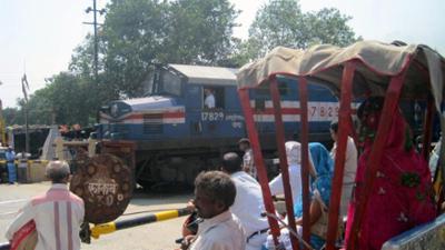 alpha-doku: Mit dem Zug von Indien nach Nepal