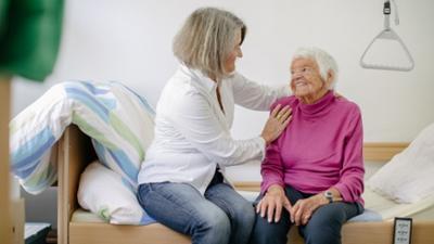 Tagesgespräch: Heute jung, morgen alt: Wie diskutieren Sie über Pflege in Ihrer Familie?