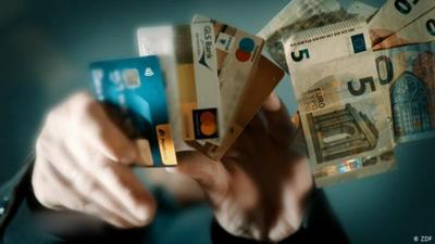 Nahaufnahme: Karte oder Cash - Schafft Corona das Bargeld ab?