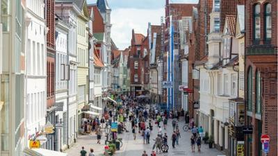 News & Trends: Corona in Deutschland: Erster Landkreis führt Sperrstunde wieder ein