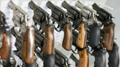 Dirty Dollars: Waffenhandel