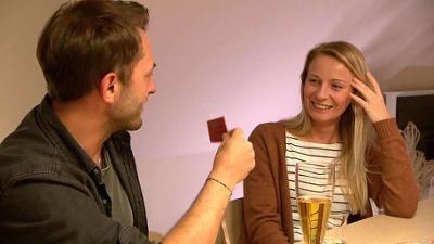 Hochzeit auf den ersten Blick: Spezial: Die Paare gehen bei einem Spieleabend auf Tuchfühl